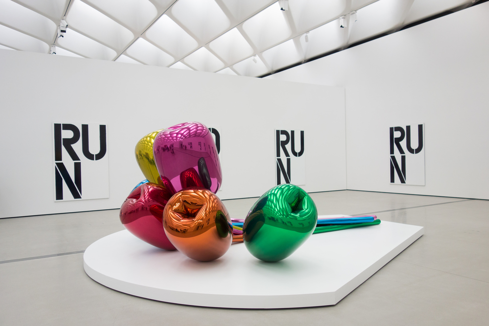 Jeff Koons - Tulips, 1999-2004. Background: Christopher Wool - Untitled, 1990