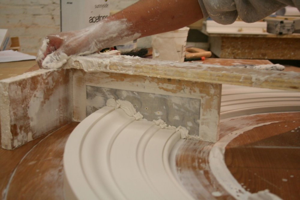 Bench run for a curved profile moulding