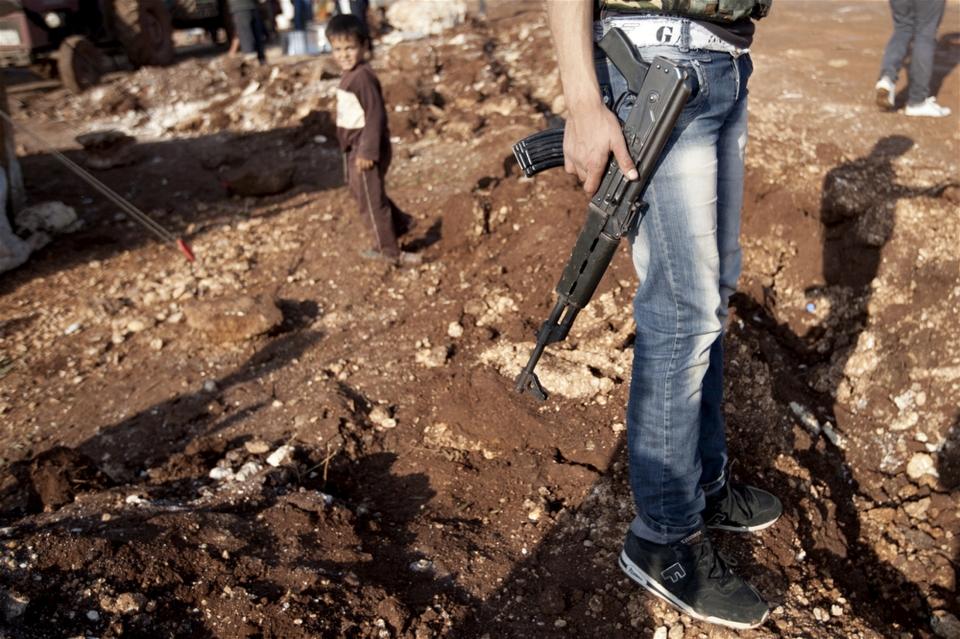 جندي في مخيم أطمة للنازحين السوريين بالقرب من الحدود التركية. © جودي هيلتون/إيرين
