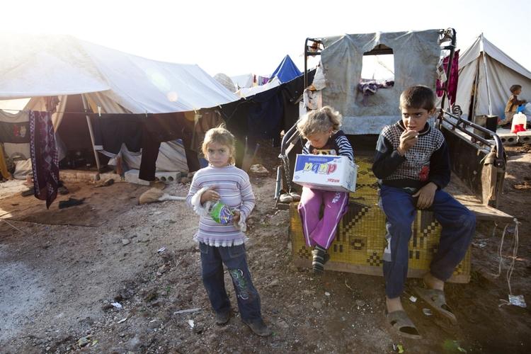 أطفال في مخيم أطمة للنازحين في شمال سوريا بالقرب من الحدود مع تركيا. © جودي هيلتون/إيرين