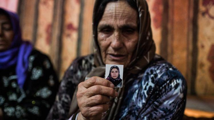 """توفيت أمل، زوجة ابن جليلة، أثناء الولادة. وعن ذلك قالت: """"قمنا باصطحابها إلى المستشفى وكانت على ما يرام. ولكن بعد الولادة أحضروا لنا الرضيع ولم تخرج أمل من غرفة الولادة"""". © مفوضية الأمم المتحدة لشؤون اللاجئين/أيه ماكونيل"""