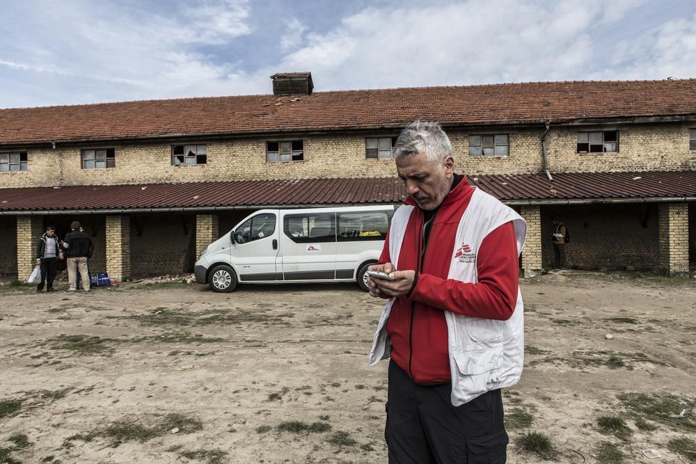 Un employé de MSF devant la briqueterie de Subotica, où une clinique mobile offre des soins gratuits une fois par semaine.