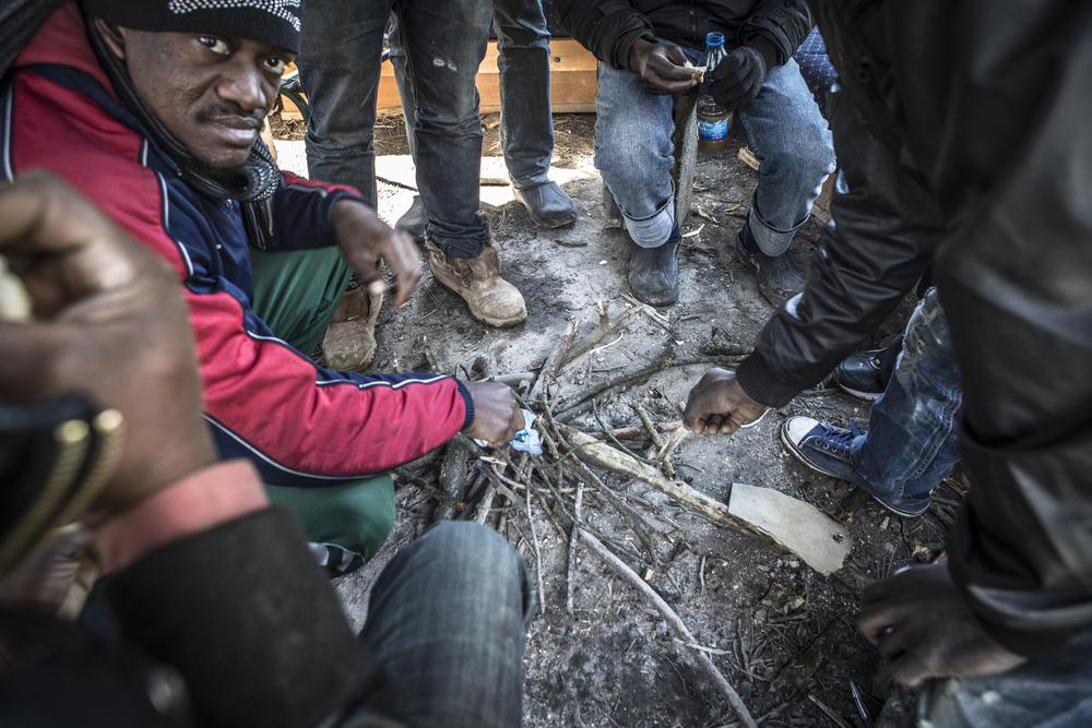 Des migrants africains campent à l'extérieur du centre d'accueil pour demandeurs d'asile de Bogovadja