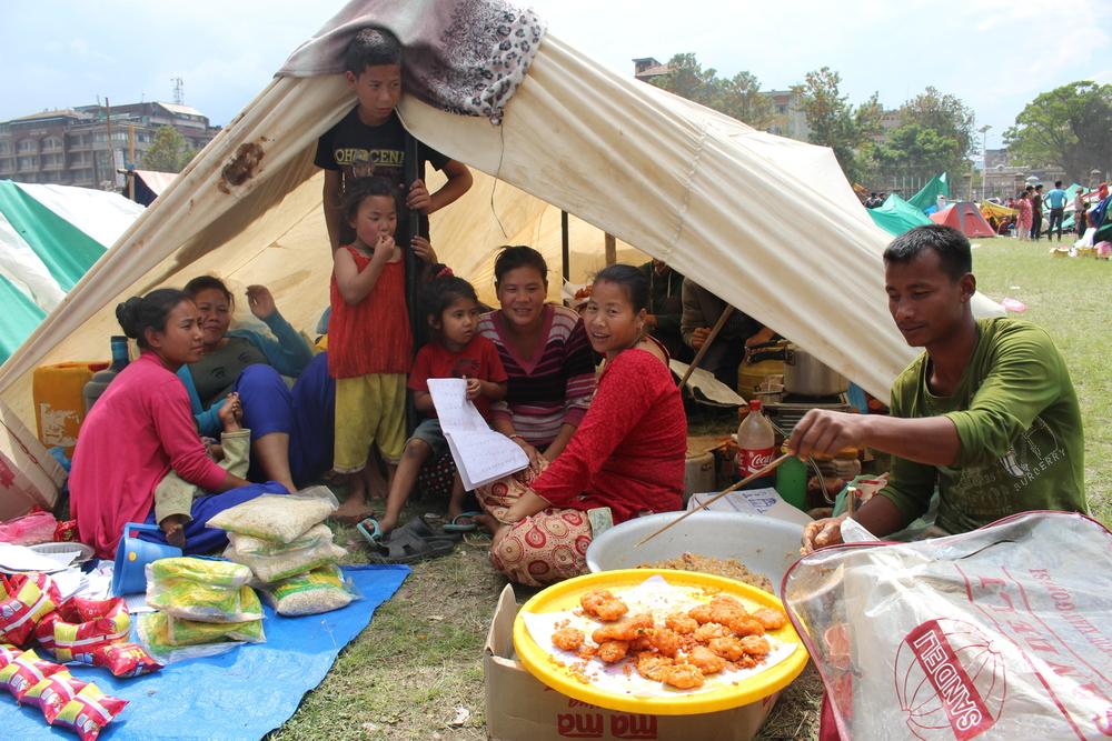 Depuis le séisme, des milliers de familles dorment dehors, dans des camps de fortune (Naresh Newar/IRIN)