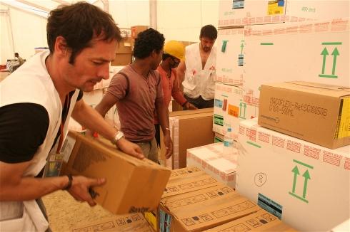 أوليفير براندنر، إلى اليسار، يقوم بتحميل الإمدادات على متن وحدة تخزين متنقلة تابعة لمنظمة أطباء بلا حدود