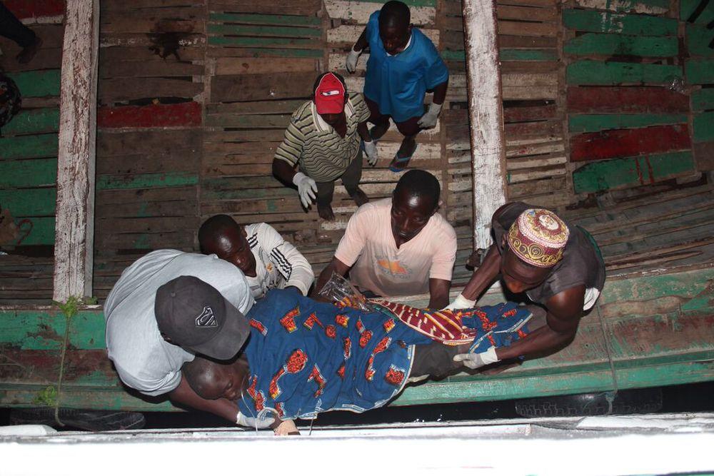 Les conditions sanitaires se détériorent pour les réfugiés qui vivent sur la rive du lac Tanganyika en attendant d'être transférés par ferry jusqu'à Kigoma, enTanzanie. (Bill Marwa/Oxfam)