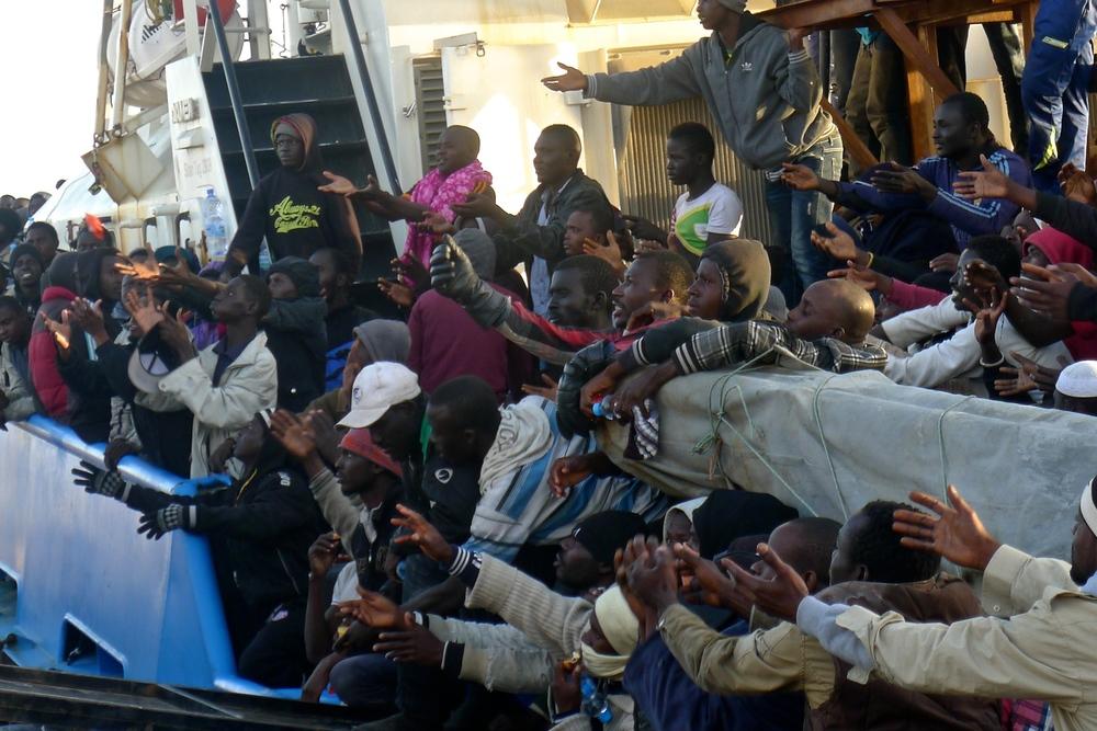 أكثر من 400 مهاجر اعترضهم خفر سواحل مصراتة في أربعة قوارب مطاطية يمدون أيديهم للحصول على زجاجات المياه التي القيت من الشاطئ. وقد تم نقل العديد منهم فيما بعد إلى مركز احتجاز الكراريم.