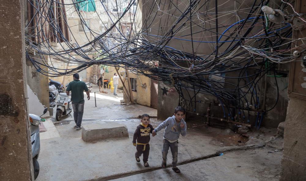 Deux enfants passent sous le «mur de la mort»