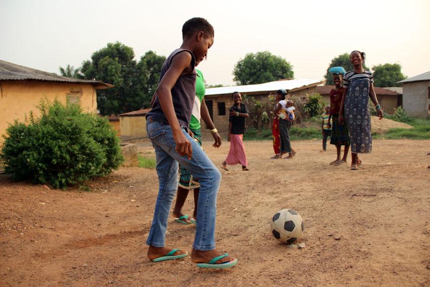 Rosaline joue au football avec ses amis après l'école et le week-end.