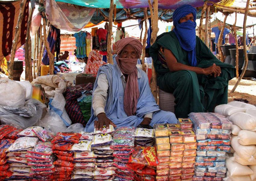Khalifa Ould Mohamed Lemine (gauche) et son fils vendent des produits au marché de M'berra