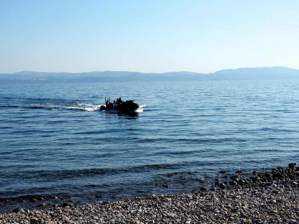 زورق مطاطي يحمل مهاجرين يقترب من الشاطئ في سكالا سيكامينياس. ويحظى الطريق البحري من تركيا إلى اليونان بشعبية على نحو متزايد، وربما يرجع ذلك لأن 31 مهاجراً فقط لقوا حتفهم حتى الآن هذا العام في محاولتهم الوصول إلى شواطئ باستخدام هذه الوجهة مقارنة بوفاة 1,800 شخص في محاولتهم الوصول إلى إيطاليا على متن القوارب من ليبيا