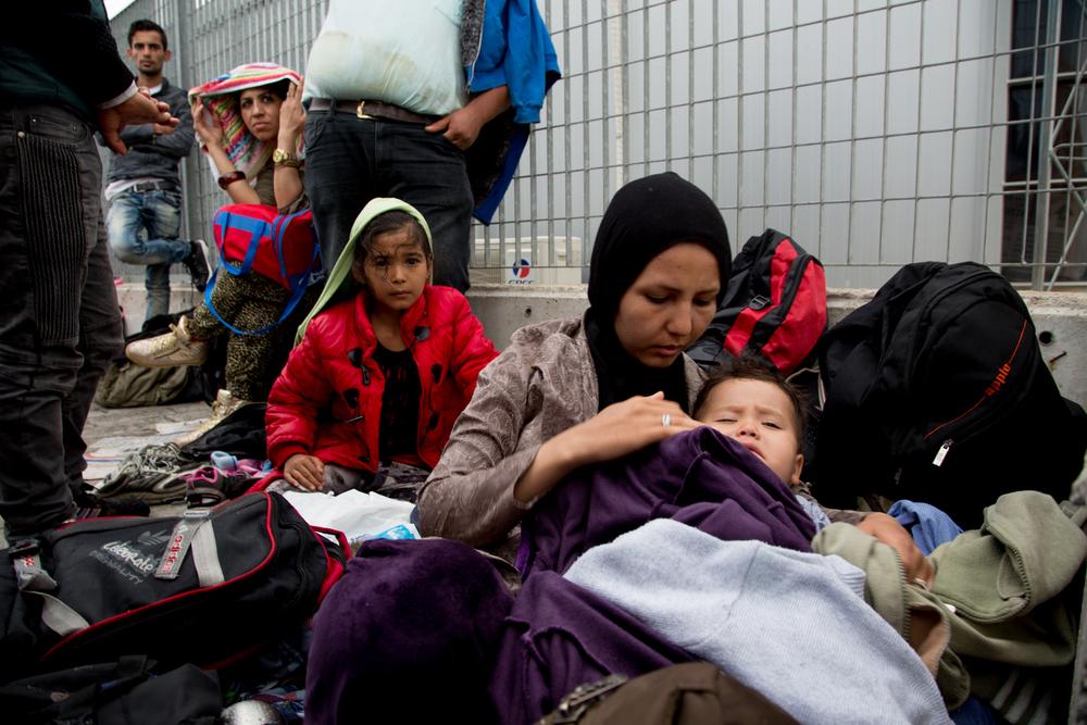 ينام المهاجرون في العراء في ميناء ميتيليني إلى أن يتم توفير وسائل النقل لهم لنقلهم إلى مركز الاعتقال