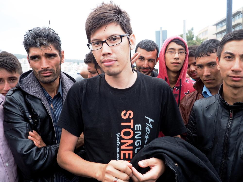 وهاب (في الوسط)، من أفغانستان، ينام في العراء في ميتيليني منذ ثلاثة أيام