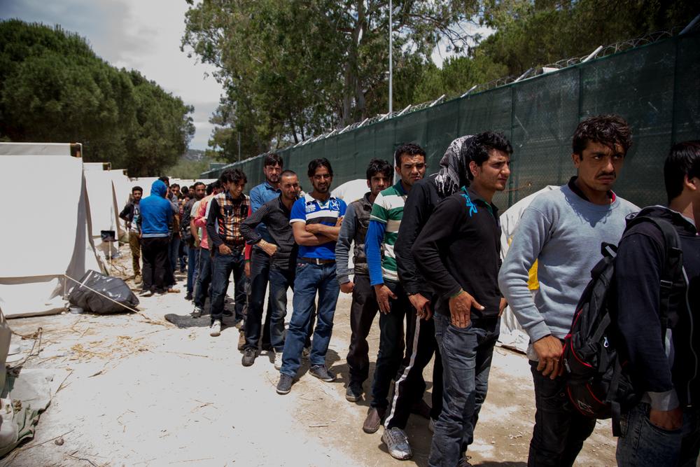 يبدأ المهاجرون رحلة طولها 60 كيلومتراً مشياً على الأقدام من سكالا سيكامينياس إلى ميتيليني. ويخاطر السكان المحليون الذين يعرضون عليهم النقل بالسيارة خطر الاتهام بتهريب البشر