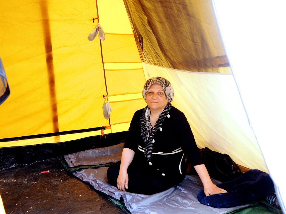 عبيدة، من سوريا، في واحدة من الخيام في مركز الاعتقال