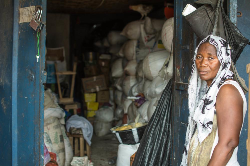 هانا كاماندا تقف خارج متجرها في فريتاون، حيث بدأت أكياس الغاري بالتكدّس. فمنذ وصول الإيبولا، واجهت صعوبات في بيع مخزونها.