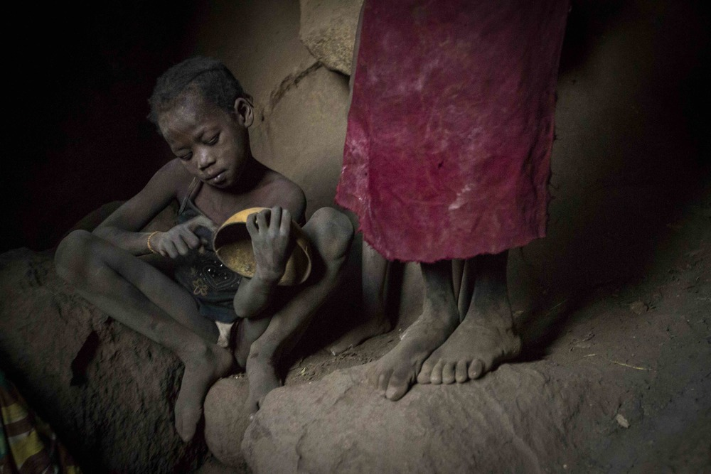 أطفال يختبئون في كهف هرباً من القصف الجوي الذي تشنه قوات الحكومة السودانية في ولاية جنوب كردفان السودانية، 24 أبريل 2012.