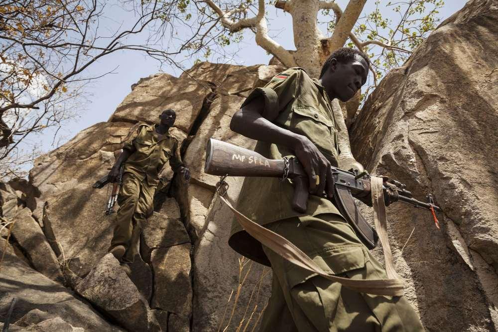 جنود من الجيش الشعبي  لتحرير السودان - قطاع الشمال يتسلقون جبال جنوب كردفان، في السودان، 25 أبريل