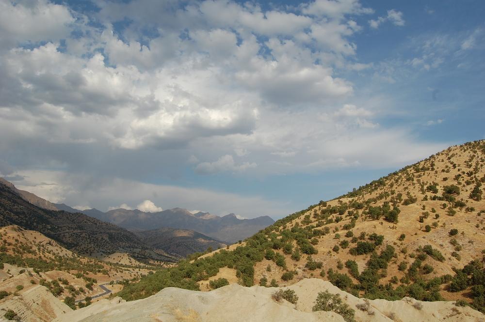 L'environnement généralement idyllique des montagnes kurdes a été perturbé par les frappes aériennes.
