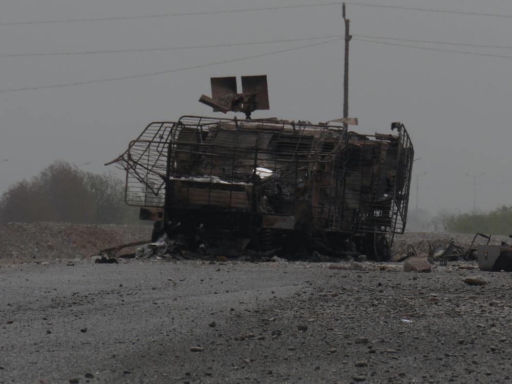 مركبة من دولة الإمارات العربية المتحدة دمرها انفجار لغم أرضي في منطقة المدينة الخضراء في عدن، اليمن
