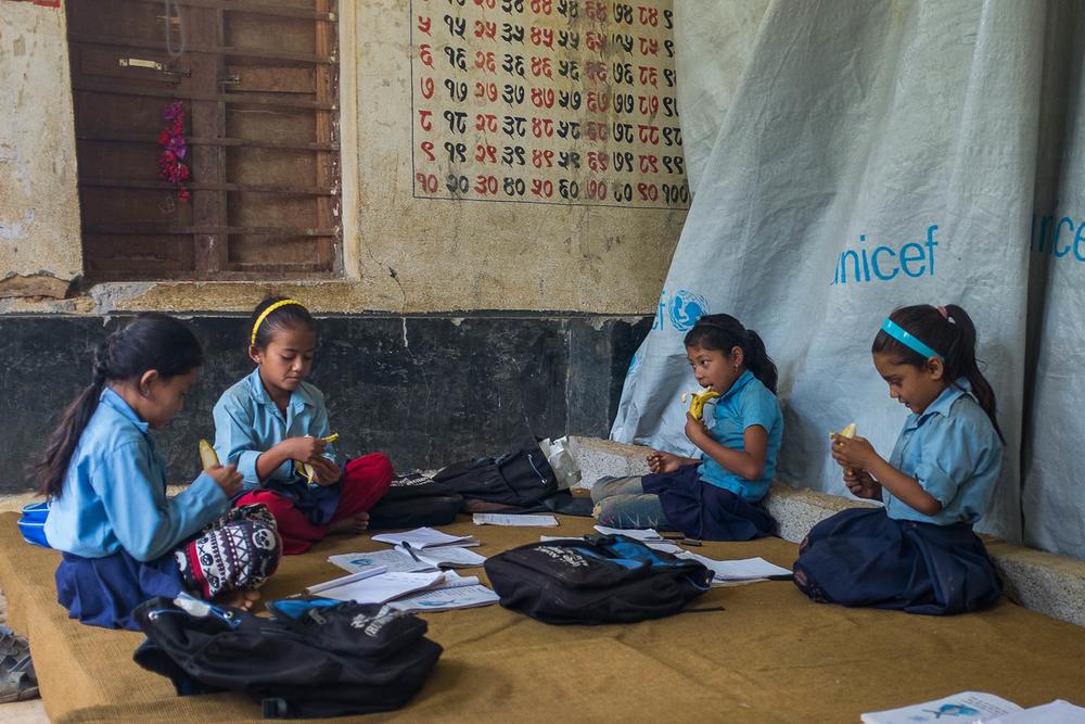 طالباتيحضرن الفصول الدراسية يوم 10 أغسطس 2015 في سيبا بوخاري داخل مباني المدرسة التي تضررت جراء الزلزال.