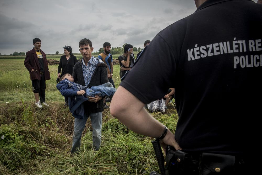 أب سوري يختار عبور الحدود حتى يحصل ابنه المريض علاج طبي