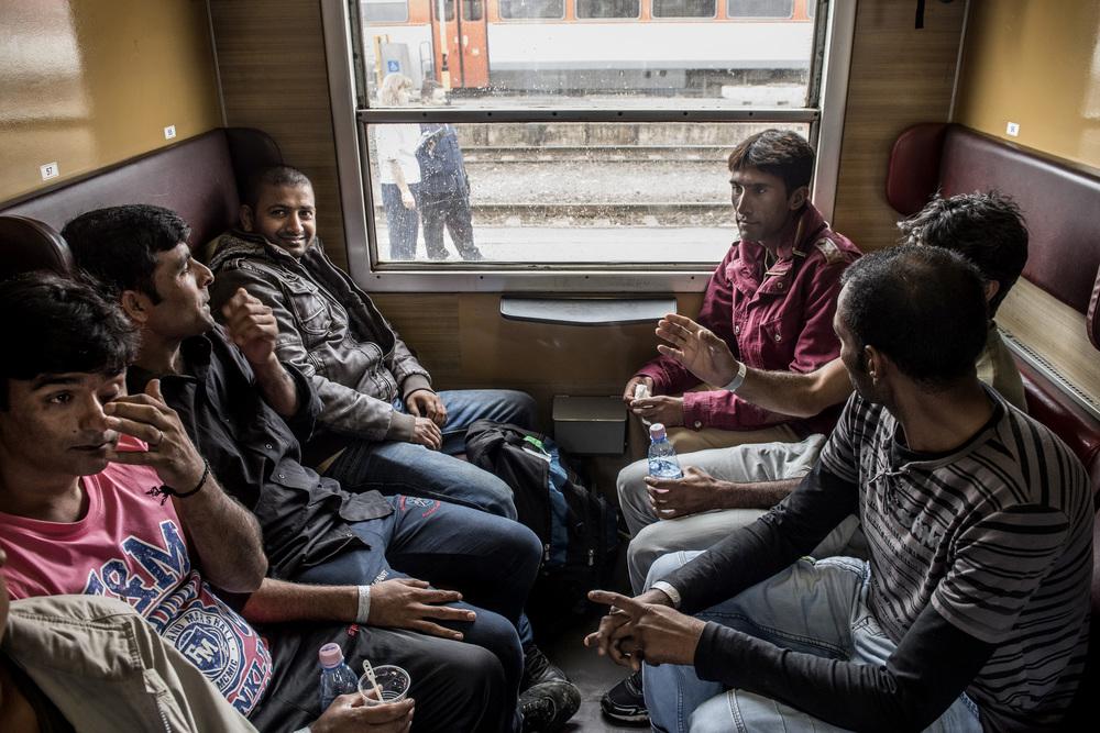 تقول هذه المجموعة من الرجال الباكستانيين أنهم سافروا لمدة ثلاثة أشهر، ولم يواجهوا أي مشكلة في عبور السياج