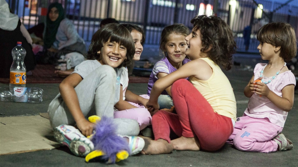 Syrian girls in Belgrade play together while their families organize transport to the Hungarian border (Carly Learson/IRIN)