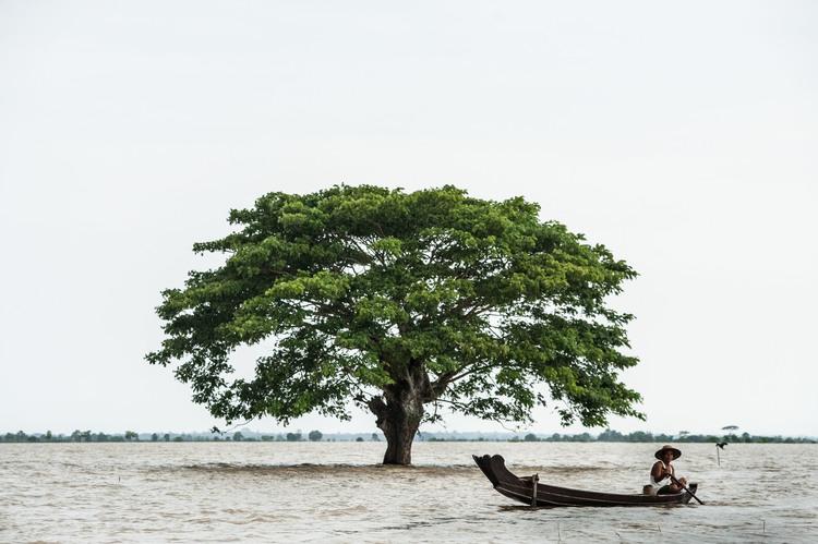 رجل يجدف بقاربه في دلتا ايراوادي حيث لا تزال بعض المناطق مغمورة تحت عمق تسعة أقدام من المياه