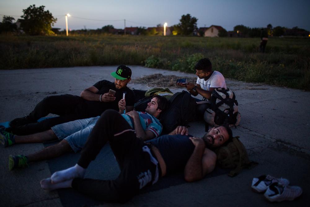 Ces Irakiens, arrivés récemment de Serbie, se reposent dans le village de Tovarnik.