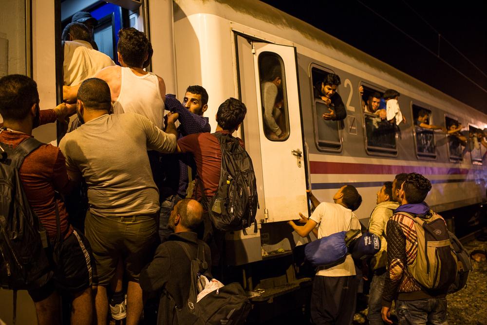 Environ seulement deux trains partent de Tovarnik chaque jour. Le nombre de passagers en attente dépasse de loin le nombre de places disponibles et les autorités s'efforcent de donner la priorité aux familles avec enfants.