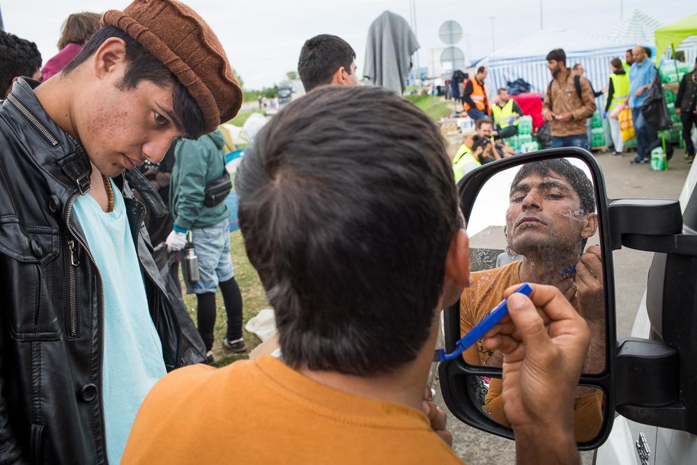 Bon nombre de réfugiés campent à la frontière, près d'Obrezje, et attendent parfois jusqu'à trois jours avant de pouvoir monter dans un car.