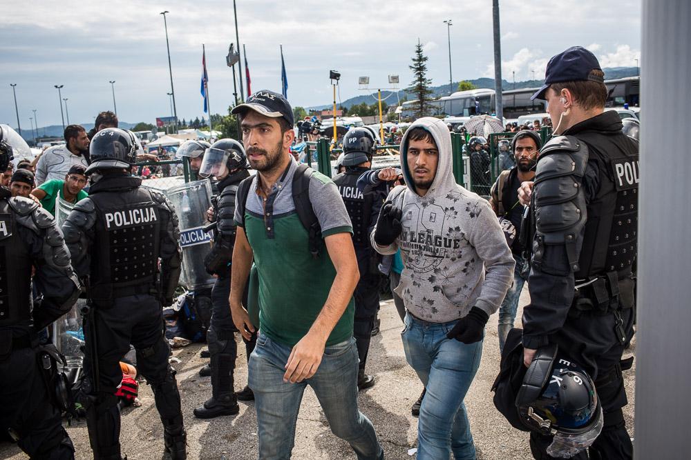 عقب اجتياز عمليات التفتيش الحدودية، يسير اللاجئون باتجاه حافلة تنقلهم من حدود سلوفينيا مع النمسا.