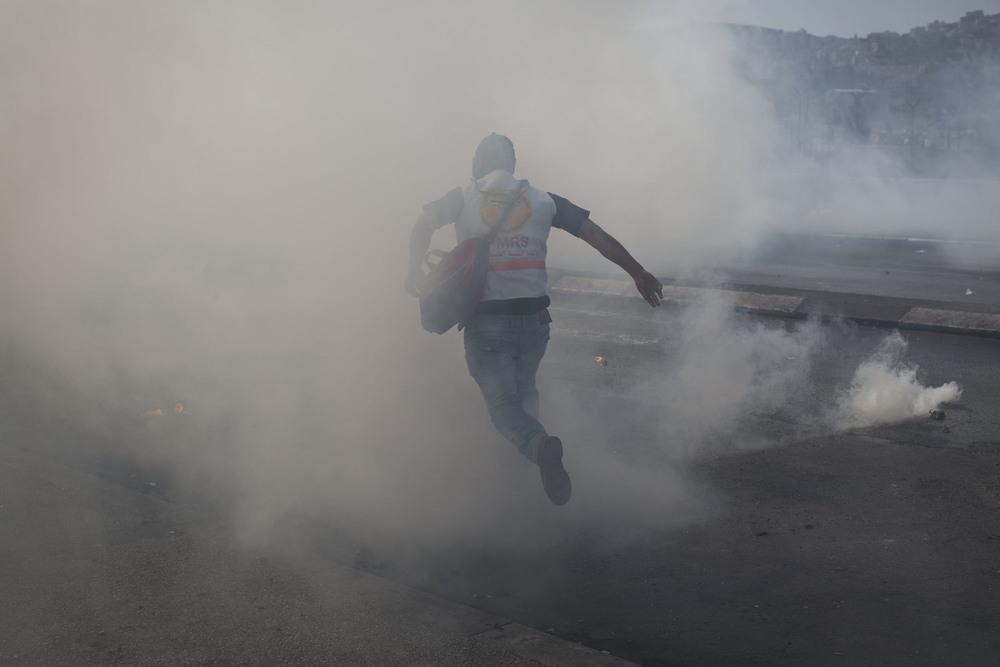 يعمل أول المستجيبين الفلسطينيين في ظل ظروف صعبة. إنهم يأتون إلى مواقع الاشتباكات مجهزين بأقنعة واقية من الغازات. وقد أصيب العديد من المتطوعين أثناء تأدية عملهم.
