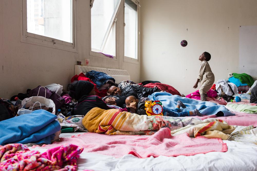 Kiflom veille sur sa femme, qui souffre d'un mal de tête et a cessé de manger. Ici, les conditions de vie semblent favoriser la propagation des maladies. C'est l'une des rares familles à vivre ici : la plupart des résidents sont de jeunes hommes célibataires.