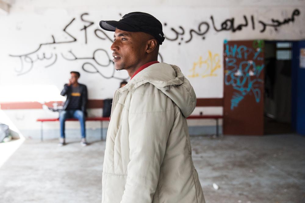 Mossab, 23 ans, vient du Soudan, où il travaillait comme peintre en bâtiment. Il a payé un passeur 1 000 dollars pour quitter son pays. Après quatre mois dans le désert libyen, il a embarqué dans un bateau de fortune pour rejoindre l'Italie. Quarante des passagers qui l'accompagnaient se sont noyés.