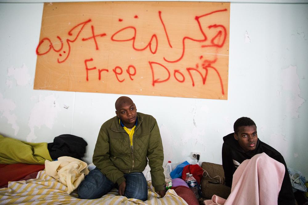 Ces deux Soudanais se sont rencontrés ici. Hussein (à droite), 19 ans, est arrivé en France fin septembre et il dit qu'il a du mal à s'habituer au froid.