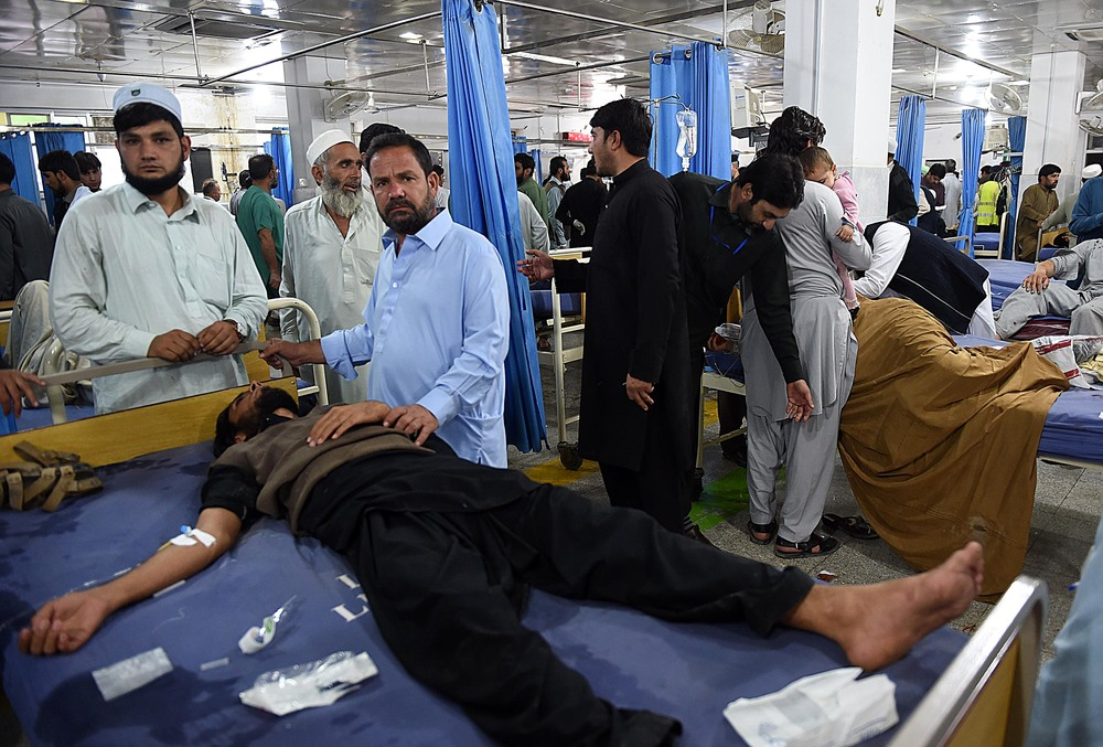 Earthquake victims at a hospital in Peshawar, Pakistan (Abdul Majeed Goraya/IRIN)