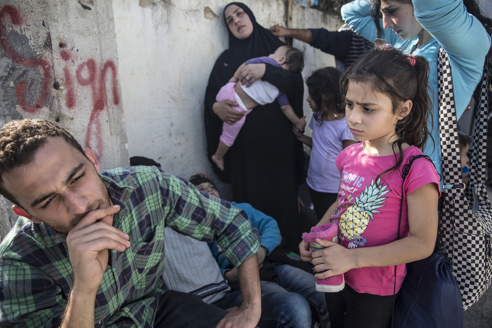 Alla Abdo(à gauche) avec sa cousine Jihan et leurs quatre enfants, à l'extérieur de Moria. M. Abdo affirme qu'ils sont Syriens mais qu'ils ont perdu leurs papiers. On ne les a pas autorisés à s'enregistrer à Kara Tepe, un centre d'enregistrement pour familles syriennes