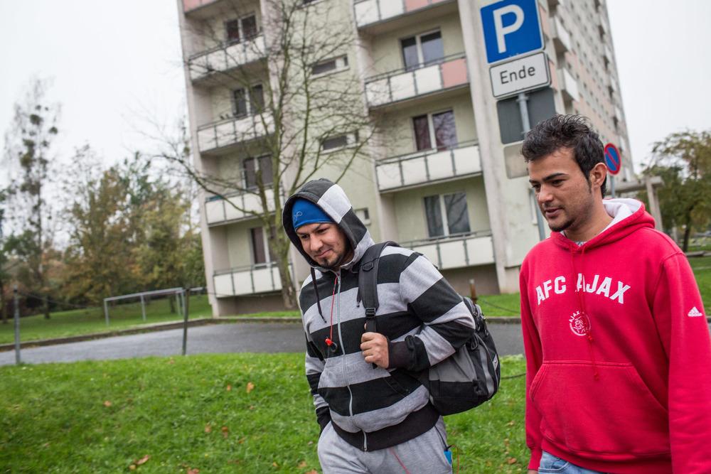 اثنين من اللاجئين الأفغان يسيران في سوننشتاين، حيث يسكن غالبية اللاجئين المقيمين في بيرنا (أندريه بونغوفشي/إيرين)