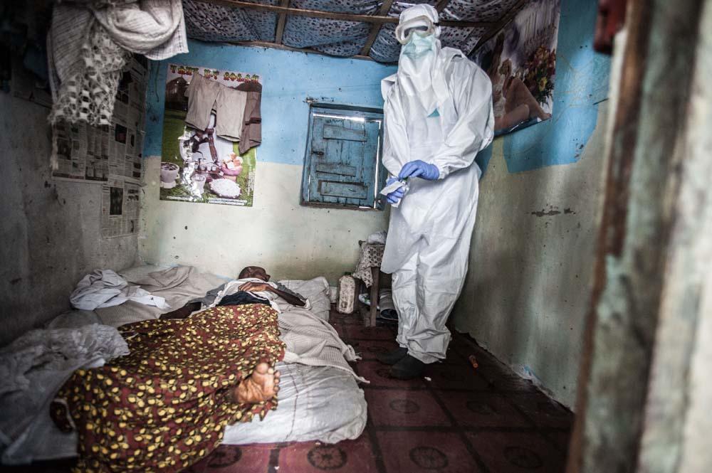 Un membre de l'équipe de Mme Kargbo fait un prélèvement oral pour dépister la présence du virus Ebola