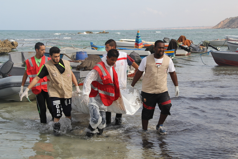The LRCS team retrieve a body from the water (Malek Mohammed Mirsit/Libya Red Crescent)