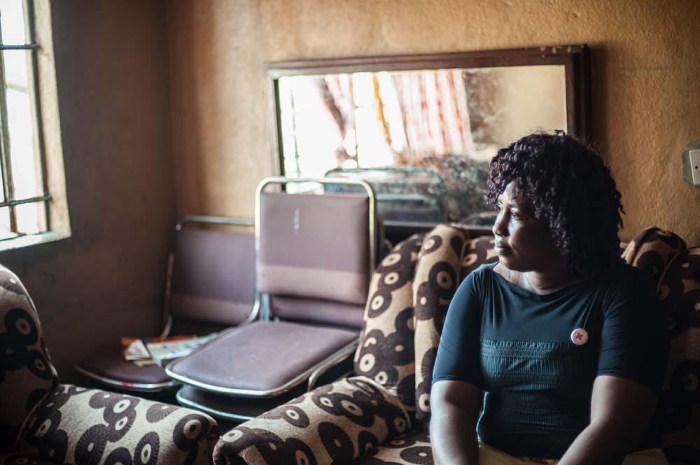 كارغبو تجلس في منزلها في ولينغتون، وهي إحدى النقاط الساخنة السابقة لوباء الإيبولا حيث قام مجتمعها بتقريعها ونعتها بأسماء