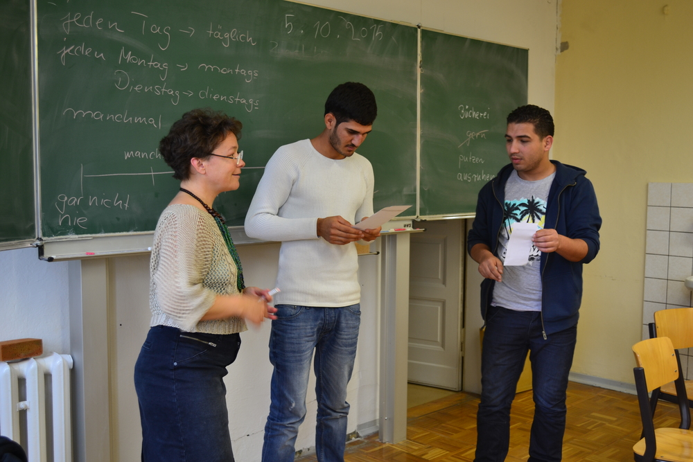 La professeure d'allemand Marita Fischer avec deux de ses élèves réfugiés (Kristy Siegfried/IRIN)
