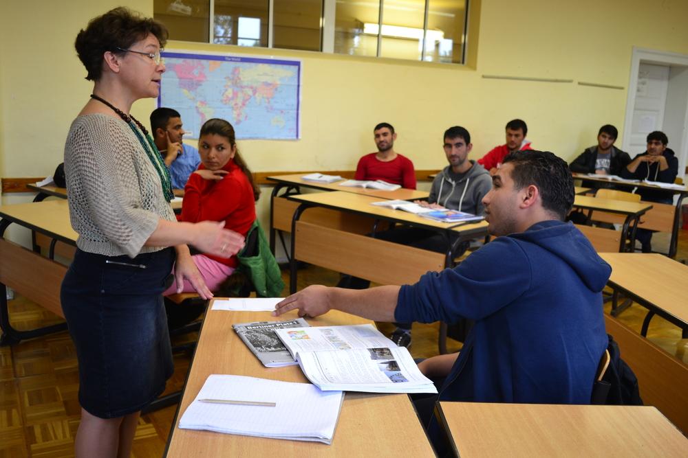 Mme Fischer pose une question à Mohamed Abu-Baker, un réfugié libyen (Kristy Siegfried/IRIN)