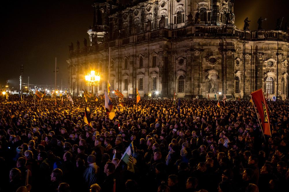 Le rassemblement organisé à Dresde pour célébrer le premier anniversaire de Pegida a attiré autant de contre-manifestants que de supporteurs du mouvement (Andrei Pungovschi/IRIN)