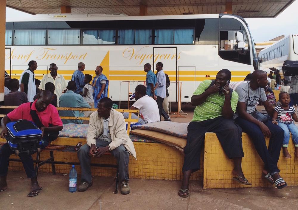 الركاب ينتظرون في باماكو لتحميل حافلة متجهة إلى غاو. ومن هناك، يمكن أن تستغرق الرحلة ما يصل إلى أربعة أيام للوصول إلى الحدود الجزائرية (كاتارينا هوييه/إيرين)
