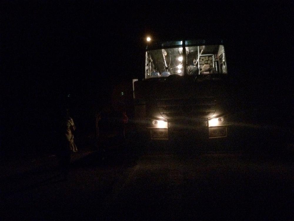 Les bus et les camions finissent souvent par emprunter des routes dangereuses de nuit, pour tenter d'atteindre la ville suivante, après être tombés en panne dans le désert (Katarina Höije/IRIN)