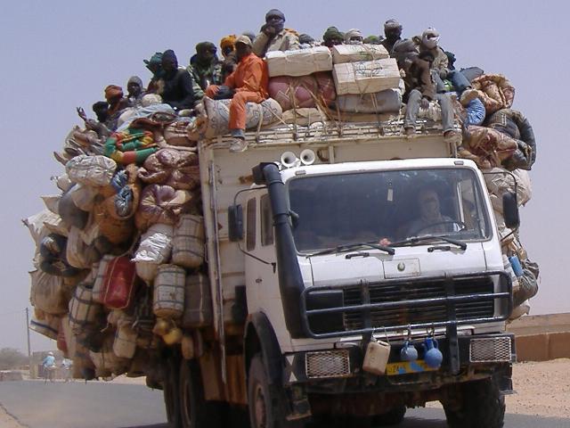 Un camion de passeur quitte Agadez pour se rendre en Libye ou en Algérie à travers le désert du Sahara (Ibrahim Diallo Manzo/IRIN )