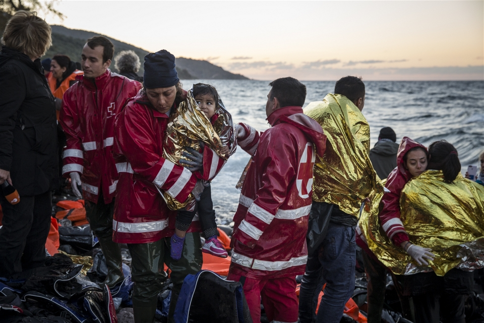 Volunteers try to warm migrants who have just come ashore on the Greek island of Lesvos (Jodi Hilton/IRIN)